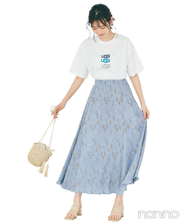 岡本夏美のプチロゴTシャツ×Aラインスカートコーデ4