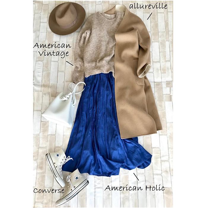 白コンバースのハイカットスニーカー×ベージュニット&ブルースカートのファッションコーデ