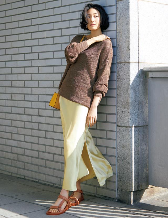 つやめく素材のヴィンスのイエロースカートを着こなすLIZA