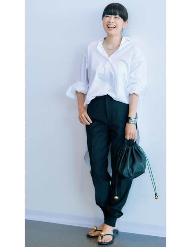 体型をすっきりカバーしてくれるきれいめな素材のジョグパンツコーデの福田亜矢子さん