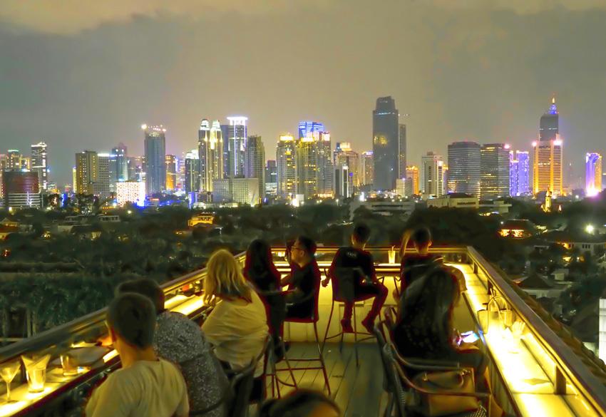 ルーフトップ バー ビューからジャカルタ中心部の眺め、まるでセントラルパーク越しに見るNYの夜景のよう