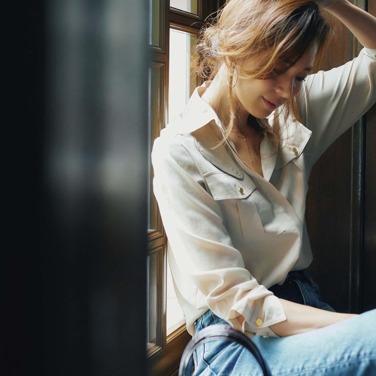 ライトベージュシャツ×デニパンツコーデを着たモデルのSHIHOさん