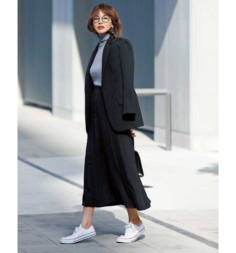 ファッション 黒のセットアップ×白スニーカーコーデ