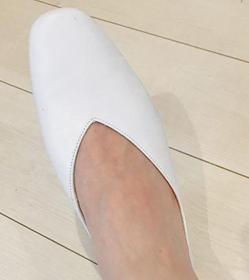 マニッシュスタイルに合うスクエアトゥ。足をキレイに見せてくれるVカットデザイン