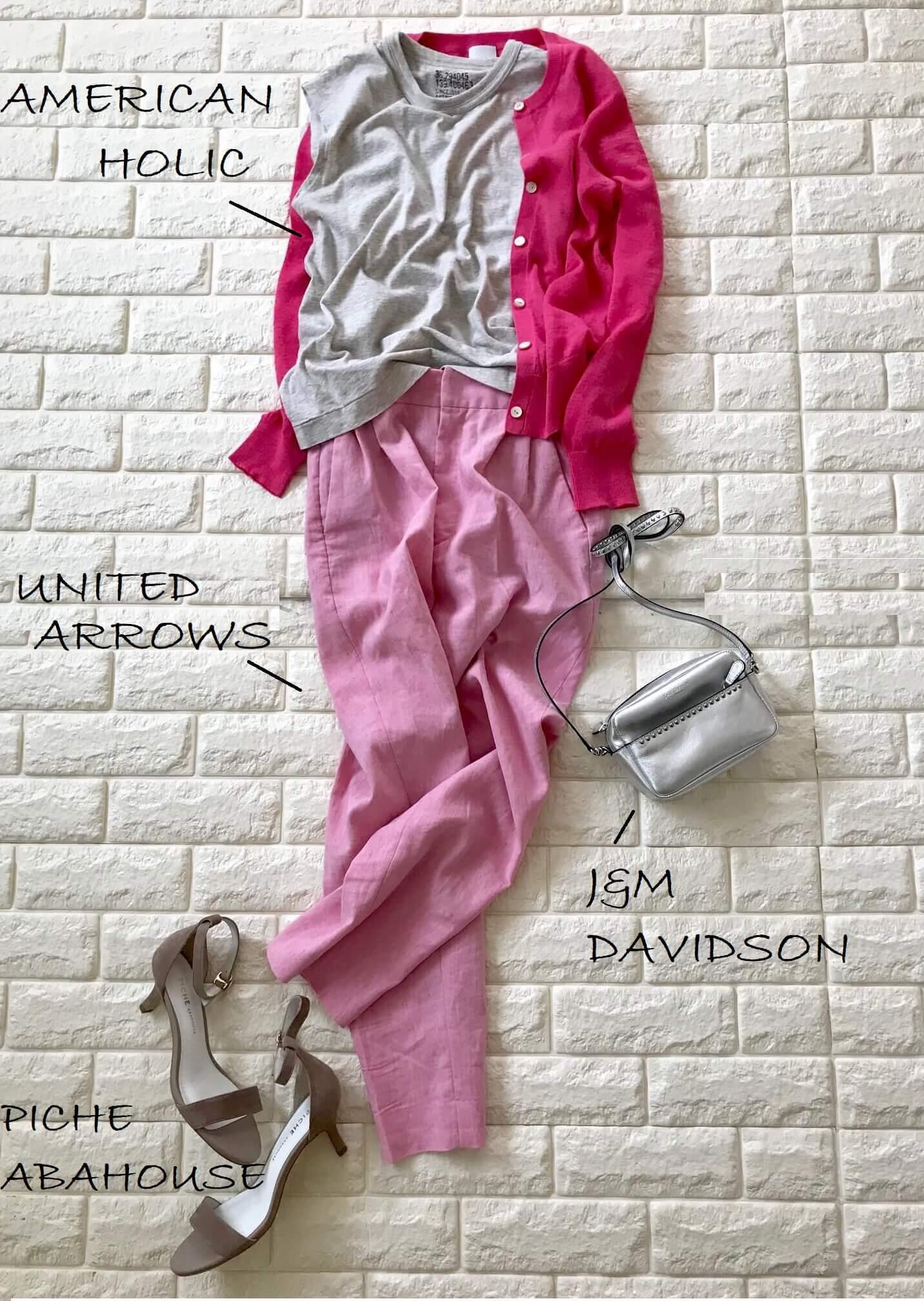 スピック&スパンのピンクカーディガンとピンクのパンツを合わせた画像