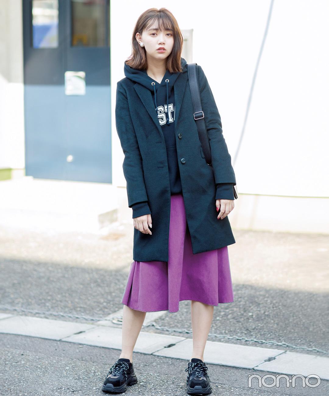 【黒スニーカーコーデ7】チェスターコート×フレアスカート×スニーカー