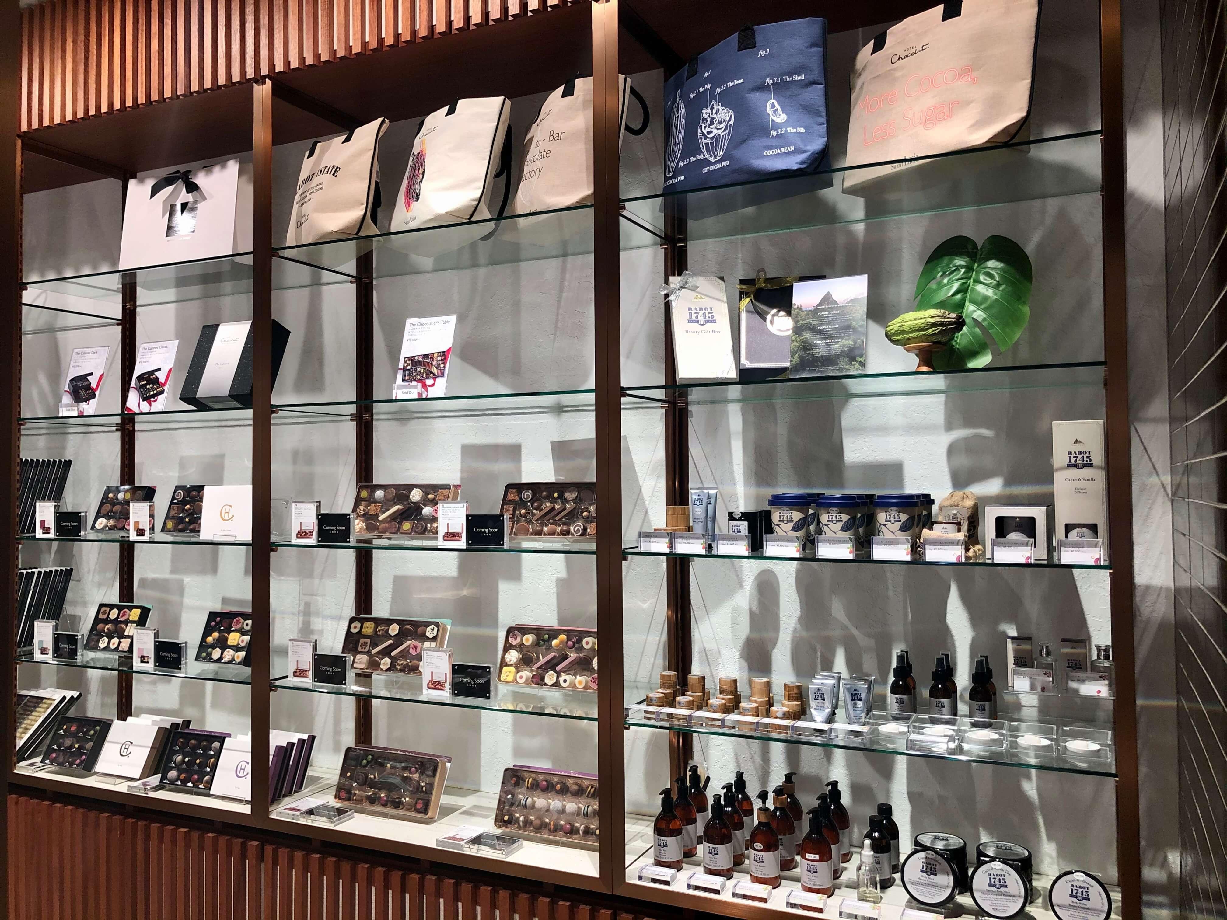 店内にはいろんなチョコレートのセットと可愛いバッグ。