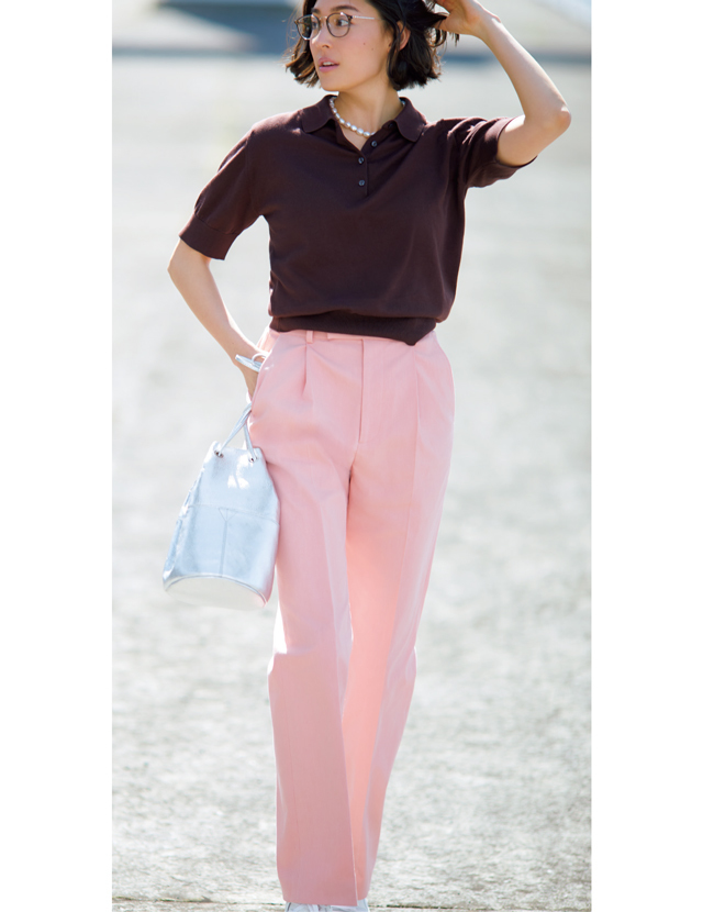 メンズライクなシルエットのピンクパンツを着こなすLIZA