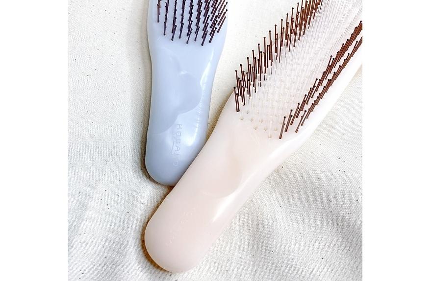KOBAKOの新作のヘアケアシリーズのヘアスムースブラシは柄の部分に花型のくぼみがあって握りやすい工夫がされている