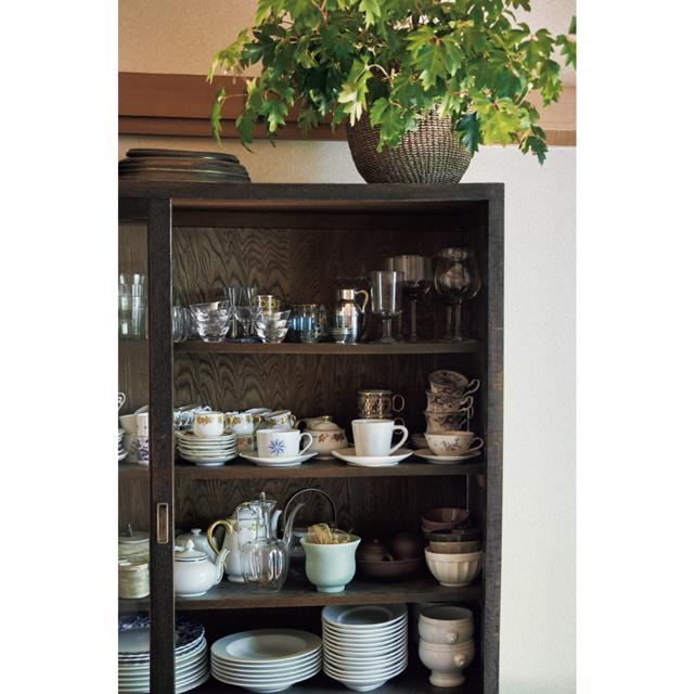 食器棚には、愛用する白い器や、両親からもらった大倉陶園やウエッジウッド、ジノリの器が並ぶ