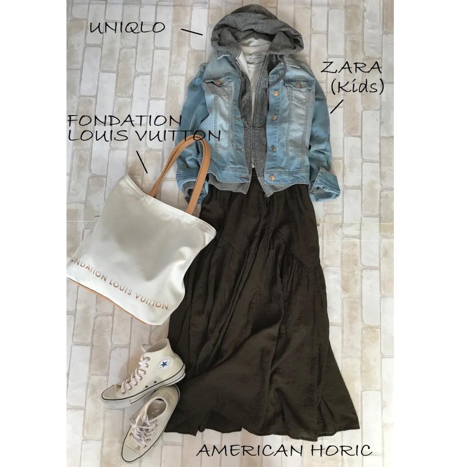 白コンバースのハイカットスニーカー×デニムジャケット×黒スカートのファッションコーデ