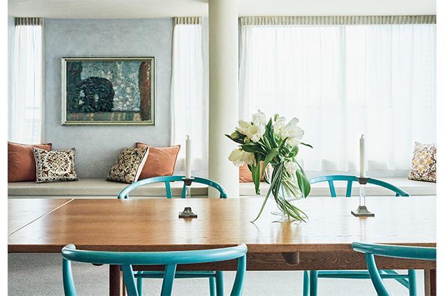壁をイタリアンスタッコ塗りの薄いブルーグレーにし、ブルーとオレンジをさし色にして美しくまとめている。