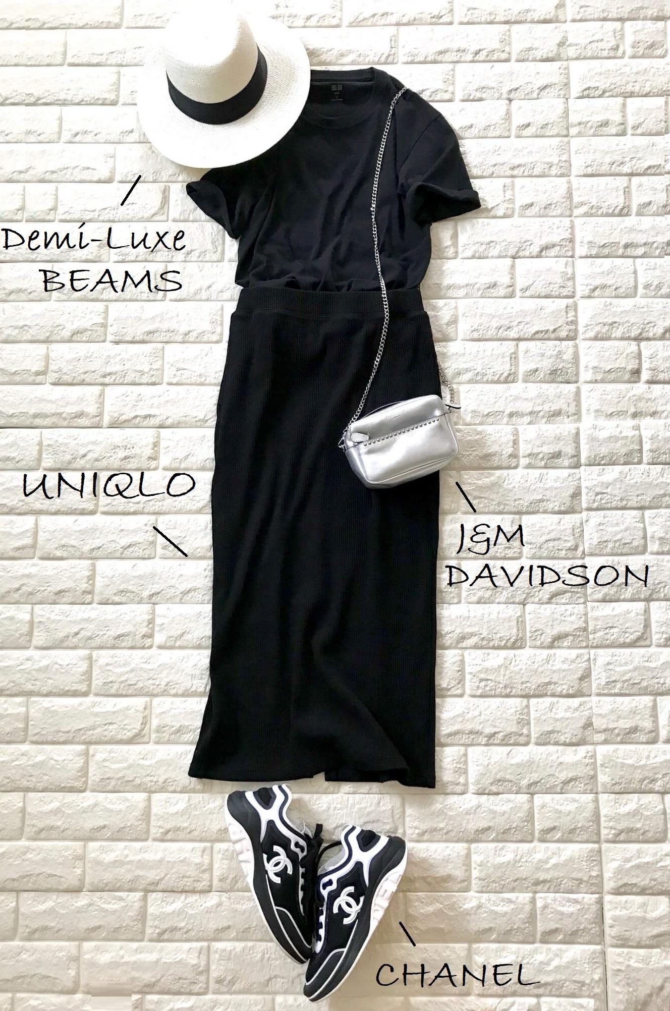 ユニクロのメンズTシャツにタイトスカートを合わせた大人っぽいコーデ