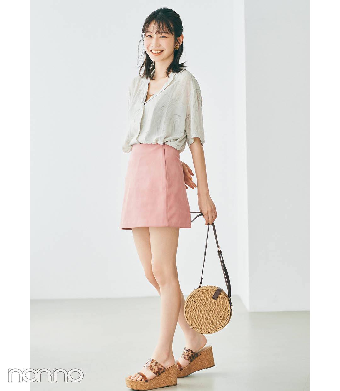 岡本夏美の開襟シャツ×台形ミニスカートコーデ4