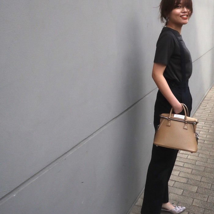 松村純子 ブラウンTシャツ×黒パンツ