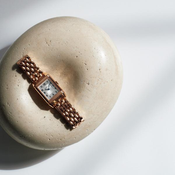 2つのダイヤルを引き立てる輝くブレスレットのジャガー・ルクルト