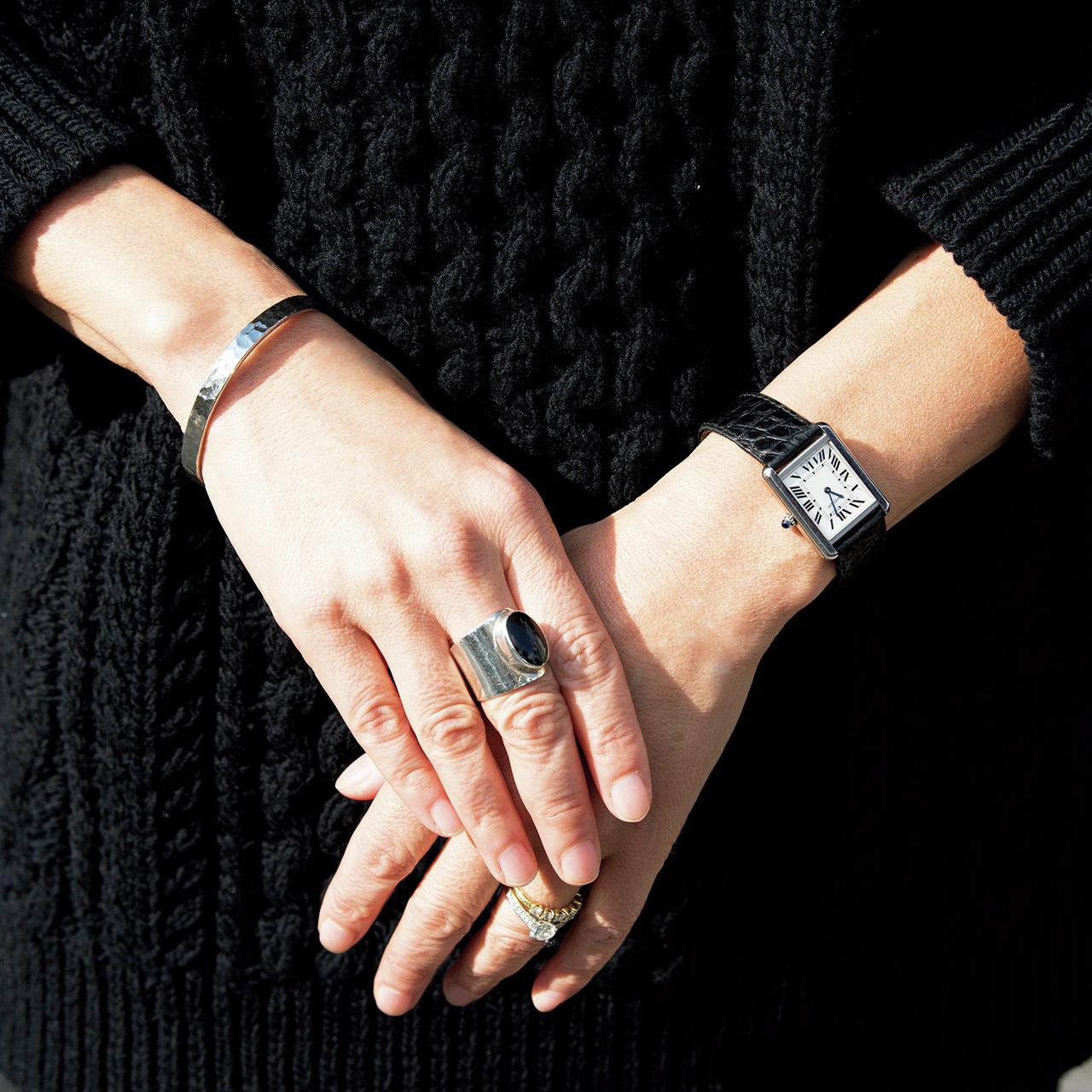 黒アイテムがしっくりくる手元スタイル