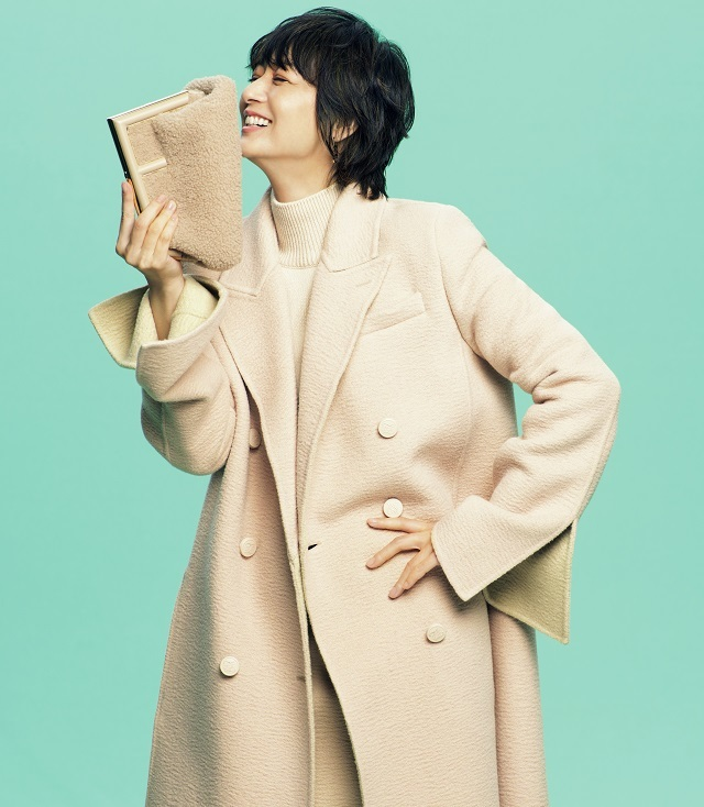 富岡佳子、品のいいモード感。フェンディのバッグ