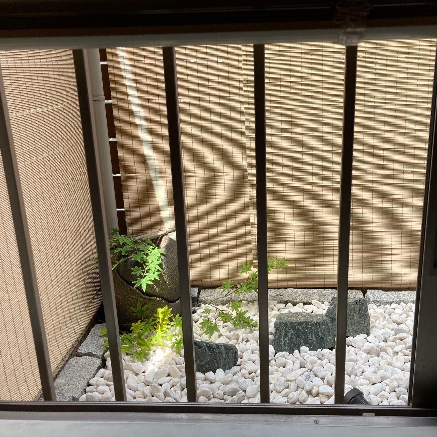 窓から見える玉砂利の小さな坪庭