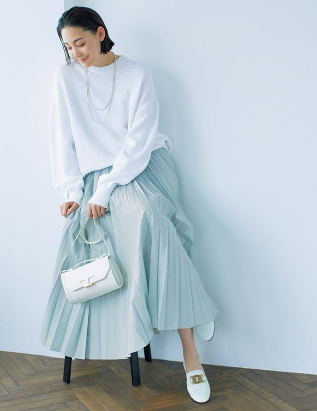プリーツスカートにローファーの鉄板コーデを、薄色で最旬にシフト