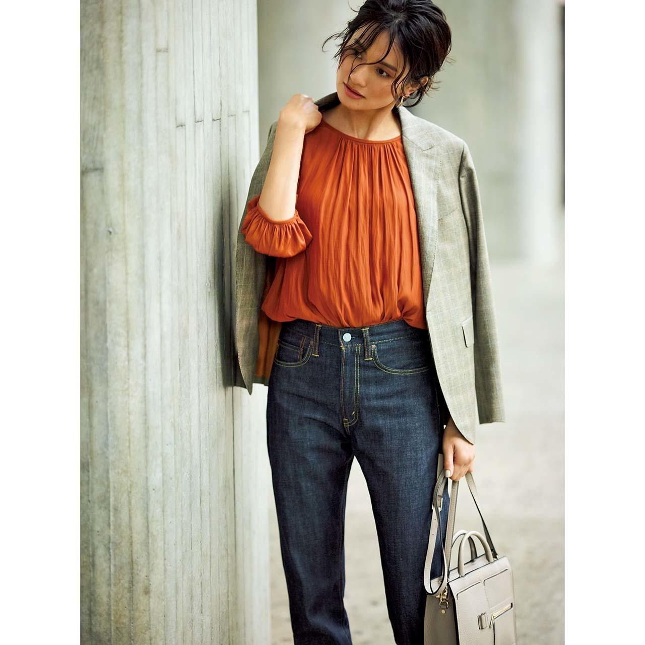 ファッション ベージュジャケット×テラコッタブラウン色のブラウスコーデ