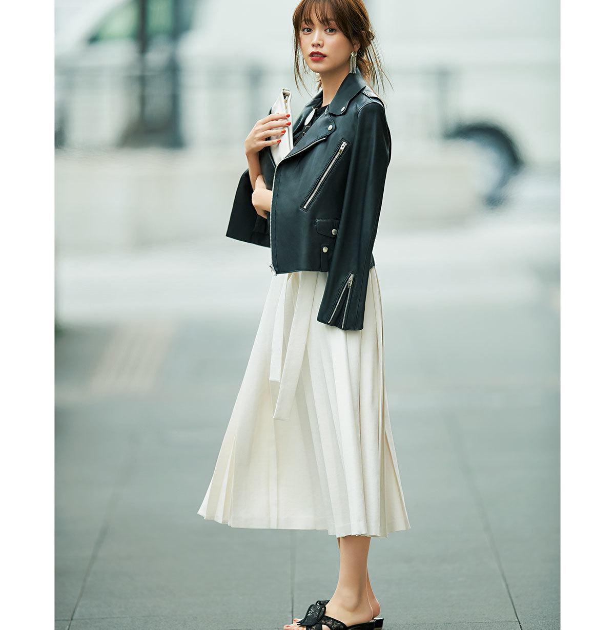 黒のレザージャケット×白プリーツスカートのモノトーンコーデ