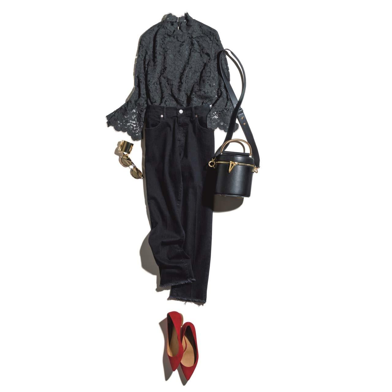レーストップス×ブラックデニムパンツ×赤のフラット靴のコーデ
