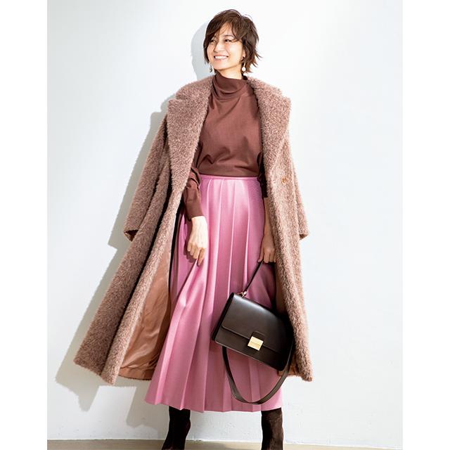 富岡佳子がまとうエレガントなピンクのスカート