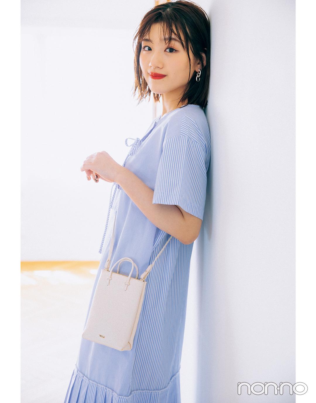 佐々木美玲の『FURLA フルラ エッセンシャル ミニ バーチカル クロスボディ』モデルカット