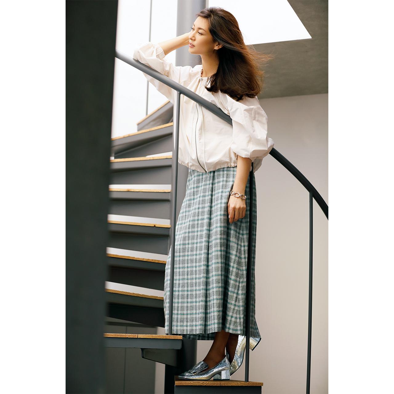 ブルゾン×スカート×チャンキーヒールパンプスコーデを着用したモデルのブレンダ