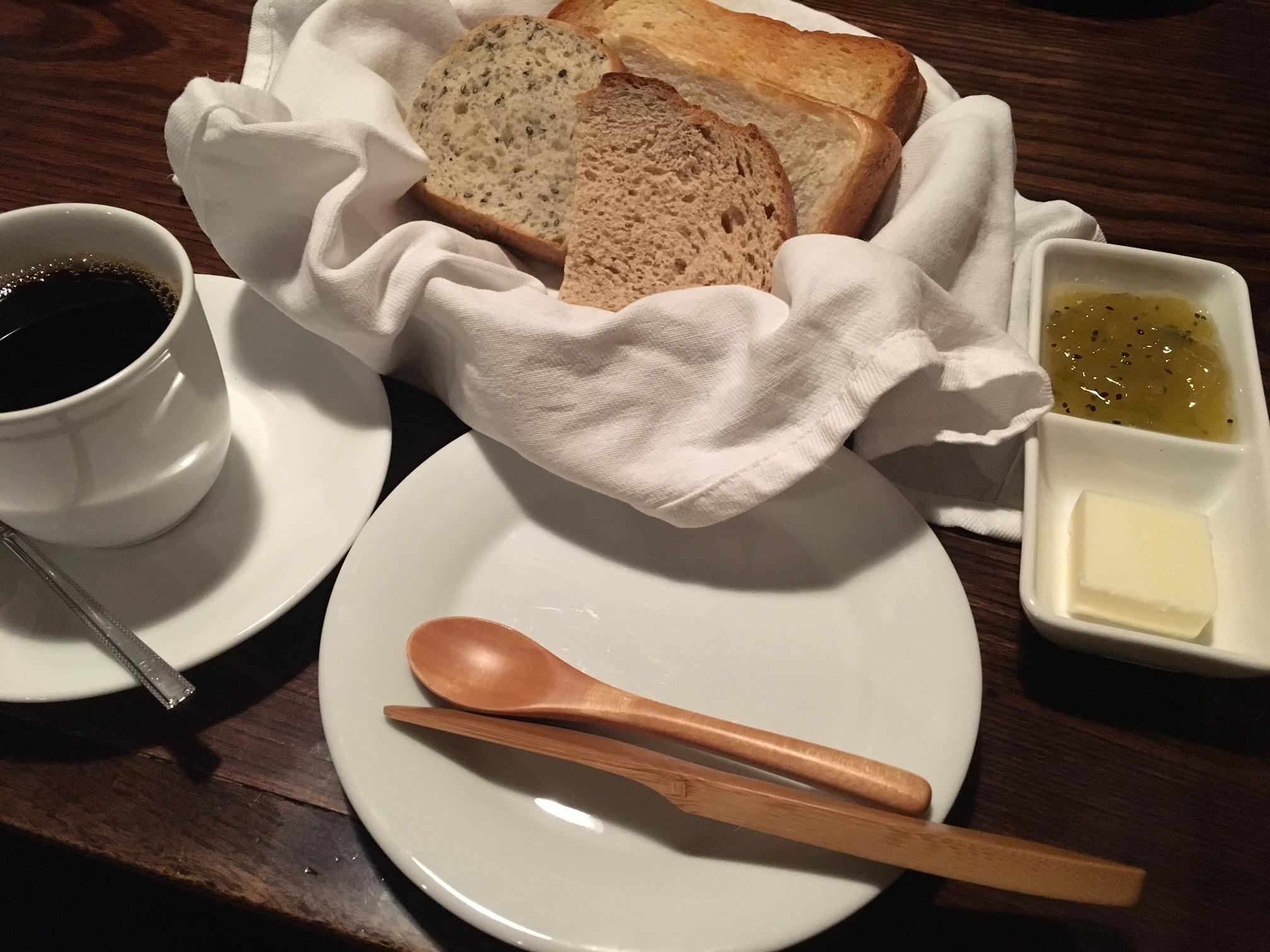 茶房 天井桟敷。ふっくらしたパンとコーヒーが美味