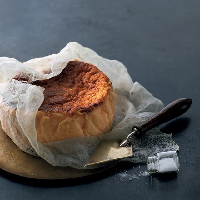 """知る人ぞ知る、絶品チーズケーキ。""""塩をかける演出""""でいっそう盛り上がる"""