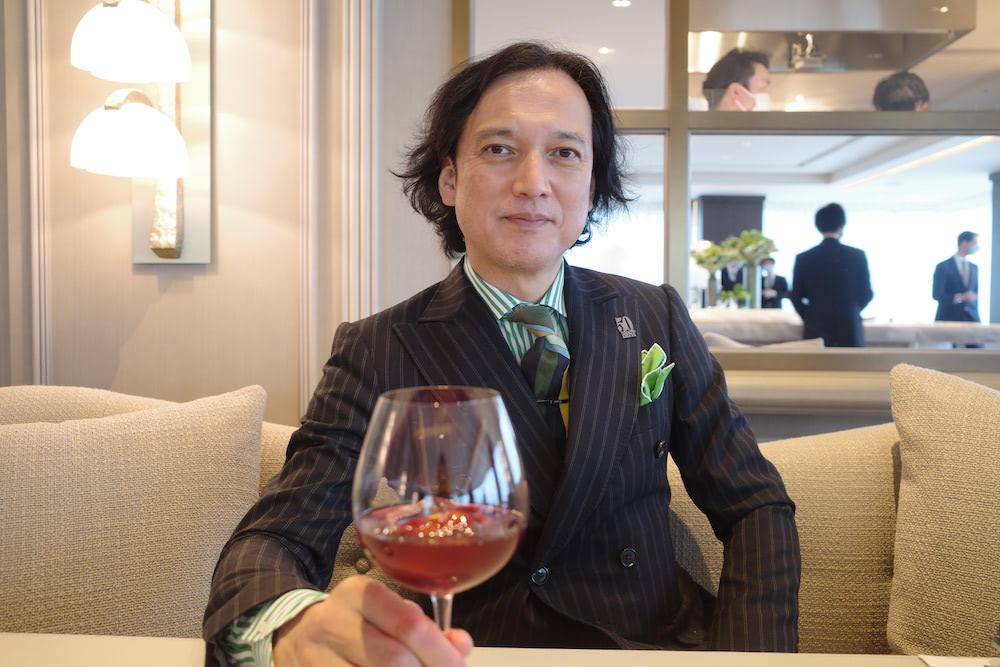 「セザン」のプレビューで、エゾジカのローストに合わせて提供された「ノンアルコールサングリア」を持つ中村氏