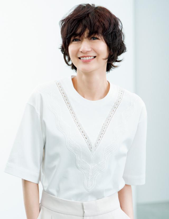 ショートヘアスタイルの富岡佳子