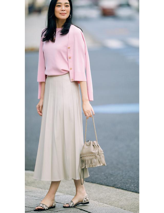 ピンクのツインニットをレザー調スカートでモダンに着こなすゆうき