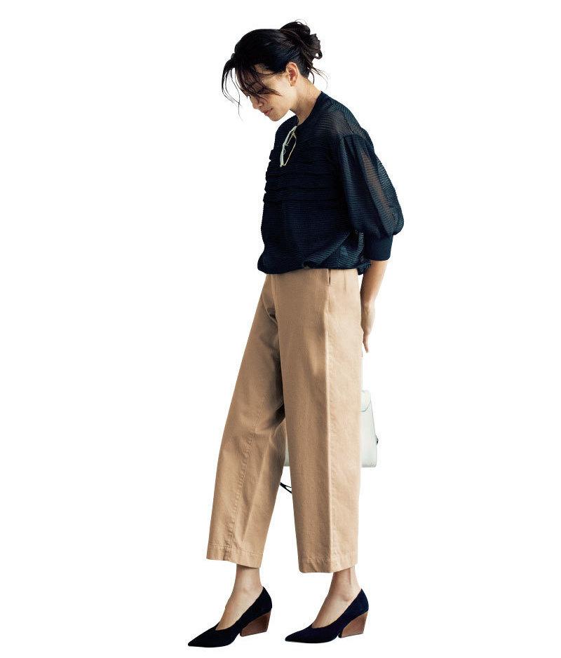 ベージュのチノパンツ×黒のシアーブラウスのファッションコーデ