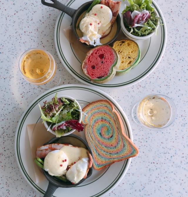 可愛いスイカトーストとレインボートーストのエッグベネディクトランチ