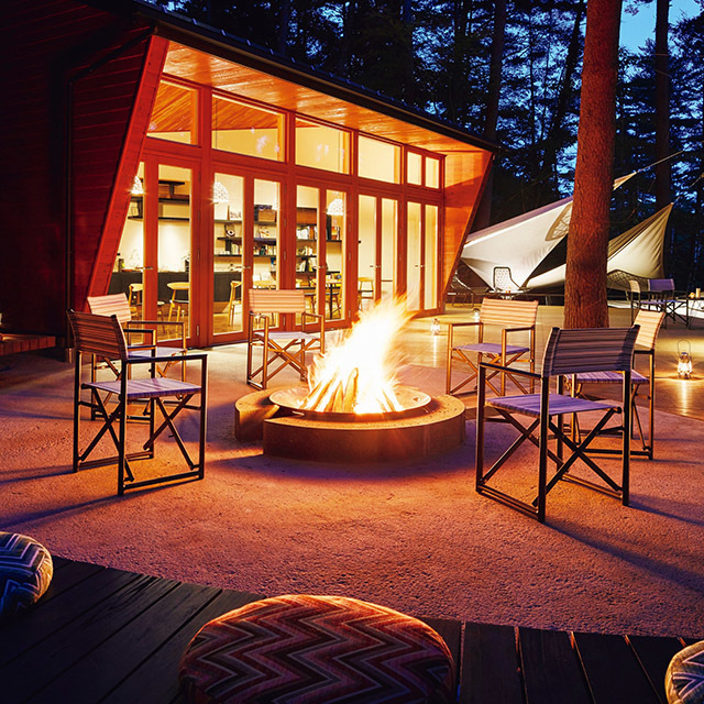 焚き火ラウンジには、早朝から夜まで炎が灯される。