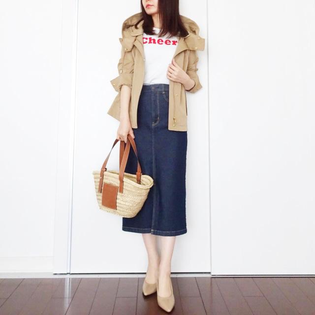 マウンテンパーカ×ロゴTシャツ×GUのデニムタイトスカートコーデ