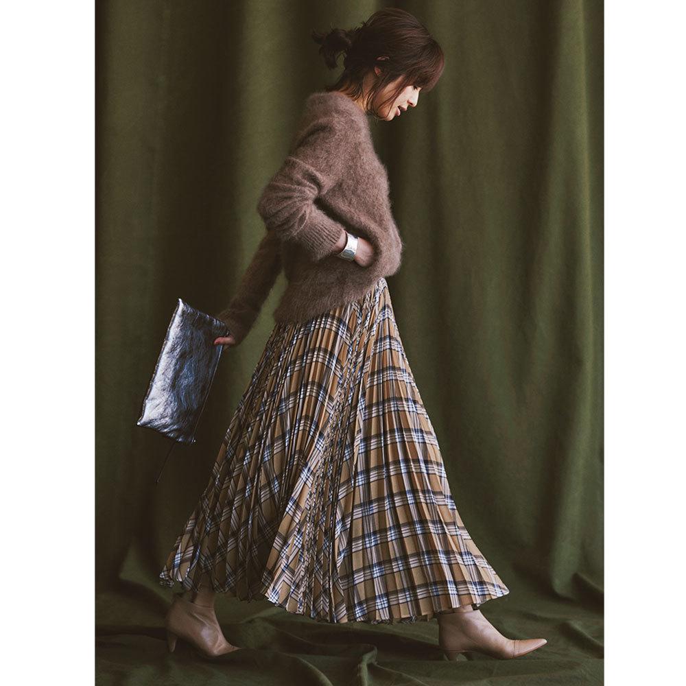 シャギーニット×チェック柄スカートのファッションコーデ