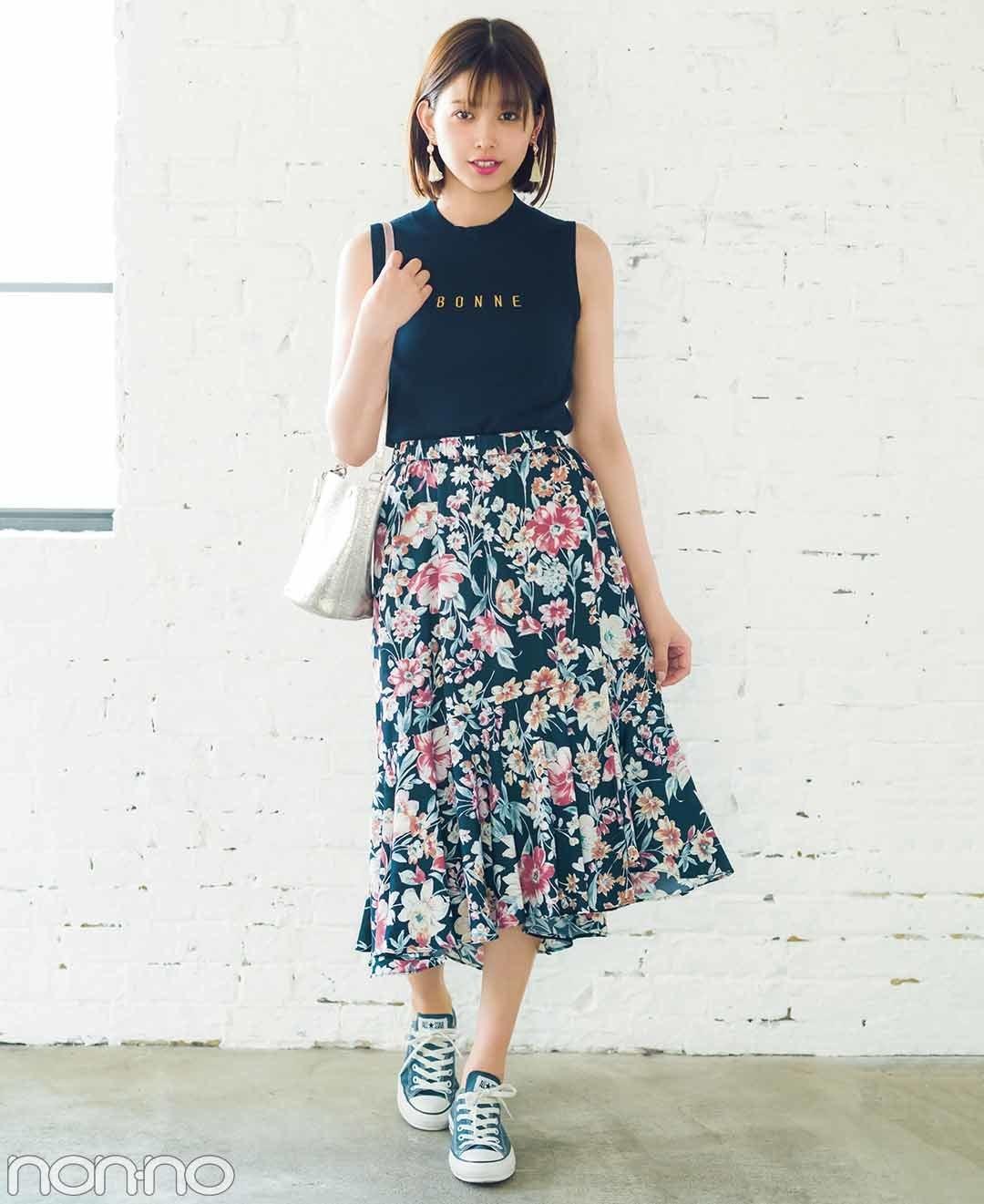 【夏のノースリーブコーデ】渡邉理佐は、スカートの色を拾ってネイビースニーカーをチョイス