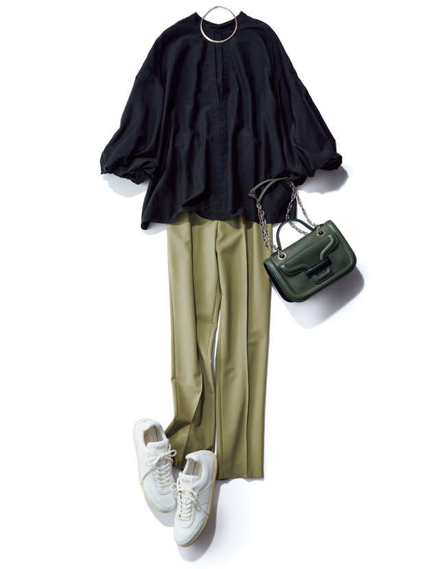 膨らみのあるバルーン袖にパンツスタイルで華やぎを演出するコーデ