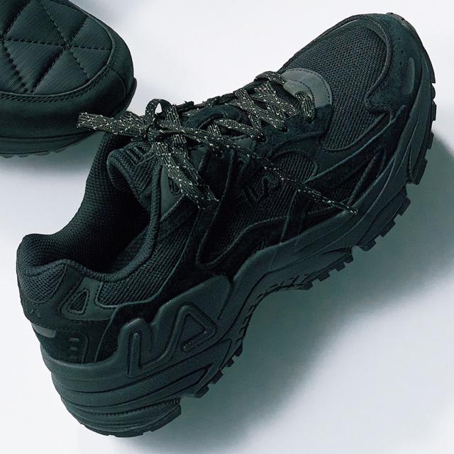 チャンキーソールの黒は、靴紐がアクセント