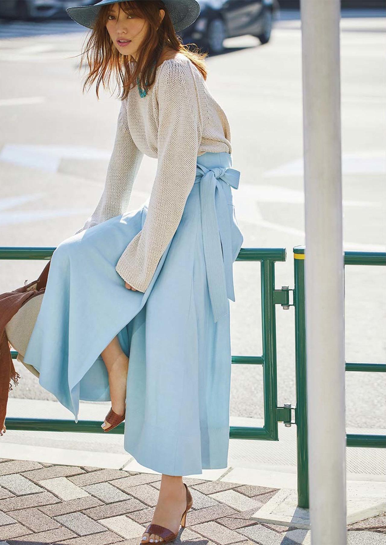 ニット×ブルーのスカートコーデを着たモデルの蛯原友里さん