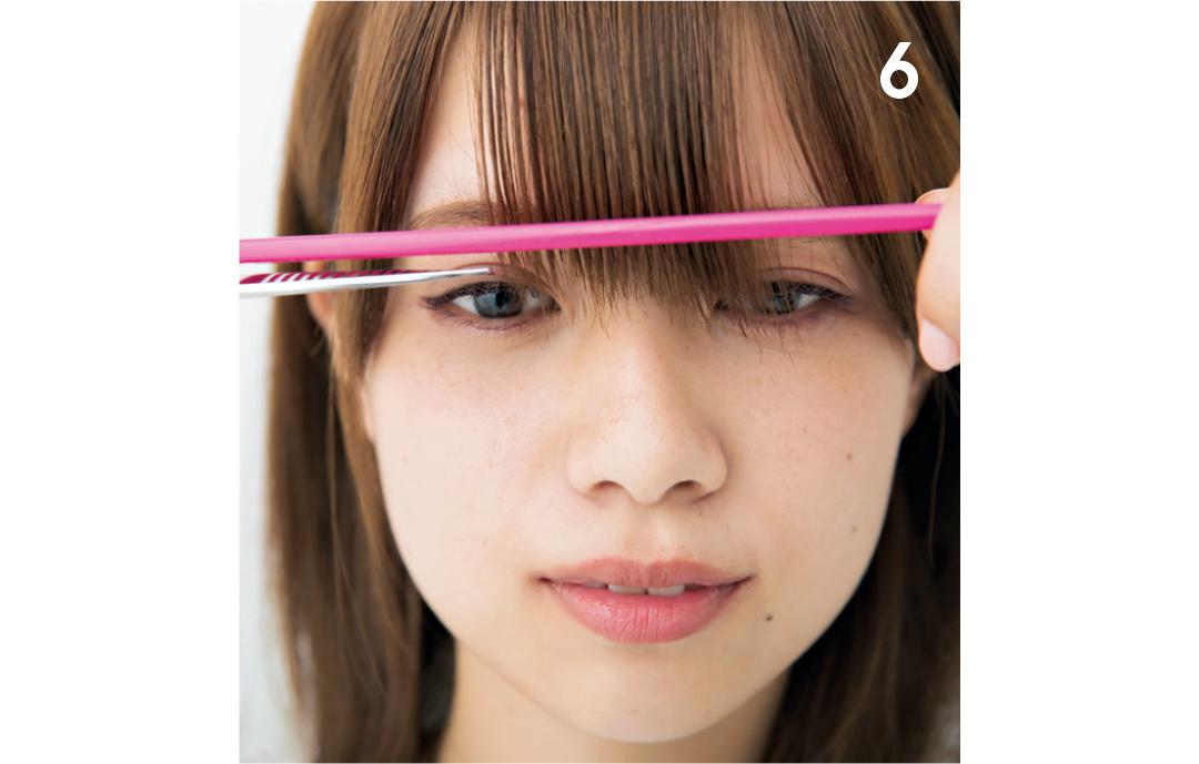 最後に全体の長さを整える上段の前髪を間引き終わったら、コームを入れて理想の長さにカットし、整えれば完成。