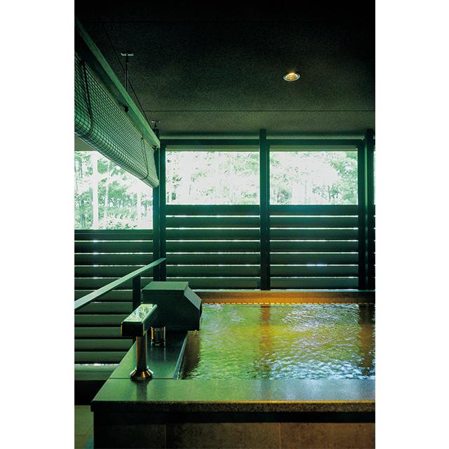 部屋に置かれた和漢植物の袋を温泉に入れ、香り湯を