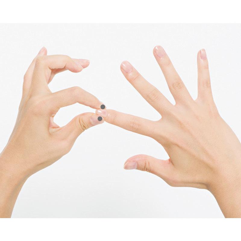 2. 指先の爪の側面を反対側の親指と人さし指でつまんでギュッと押して刺激。1カ所3回。全部の指を左右とも行う。