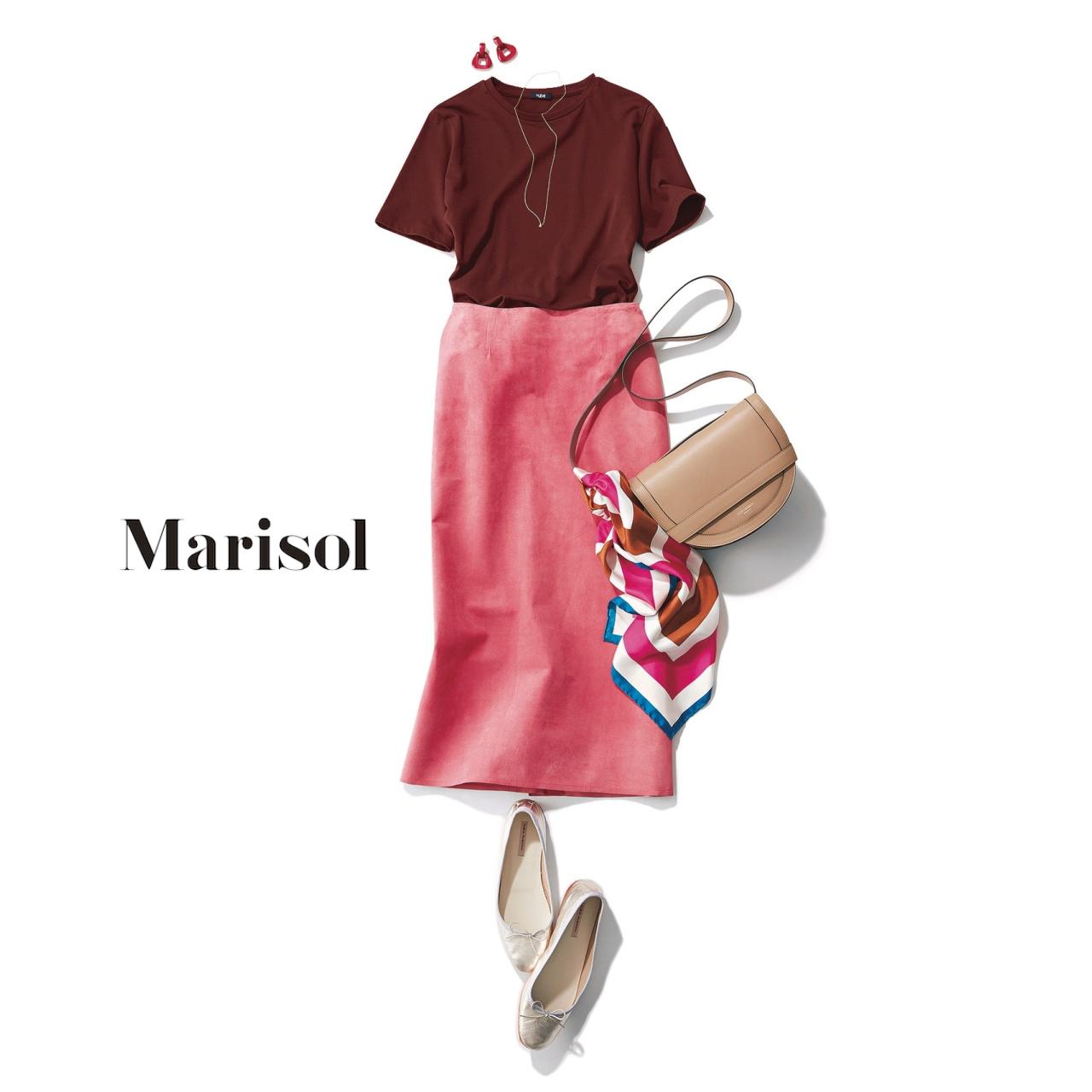 40代ファッション ブラウンTシャツ×ピンクタイトスカートコーデ