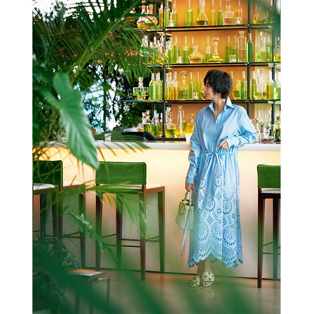 開放的なバーでくつろぐひと時は、 繊細で涼やかなシャツドレスで