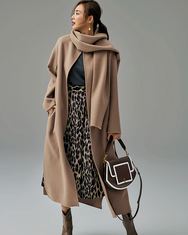 ダブルフェイスのストールつきノーカラーコート、ジャカード織りのレオパード柄スカート